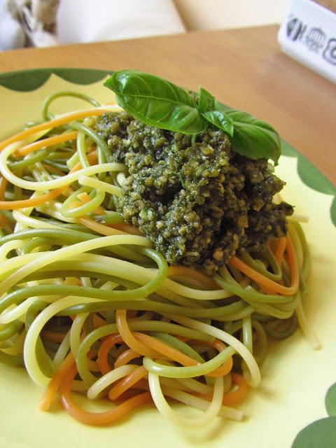 Körniges Pesto mit Basilikum