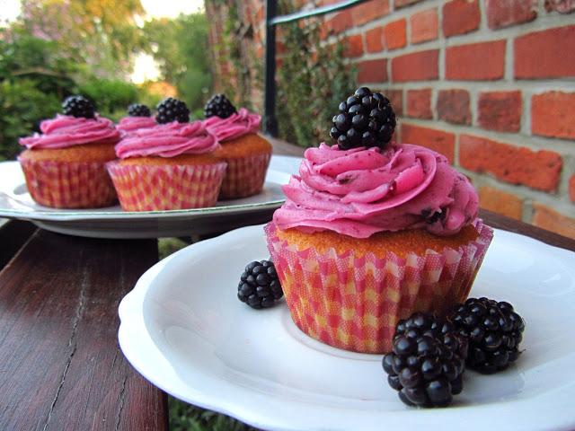 Gefüllte Brombeer-Cupcakes