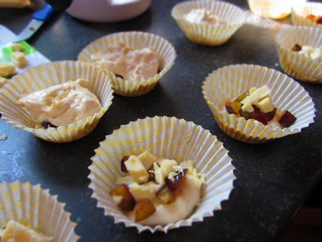 Pflaumen-Cupcakes mit weißer Schokolade