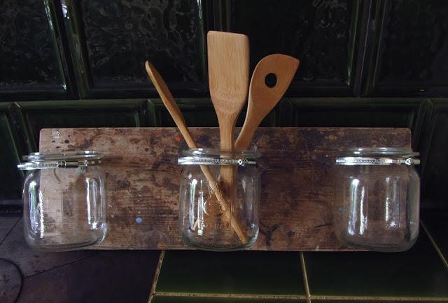 Küchenregal aus alten Weckgläsern
