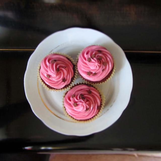 Kirschcupcakes mit fruchtigem Kern