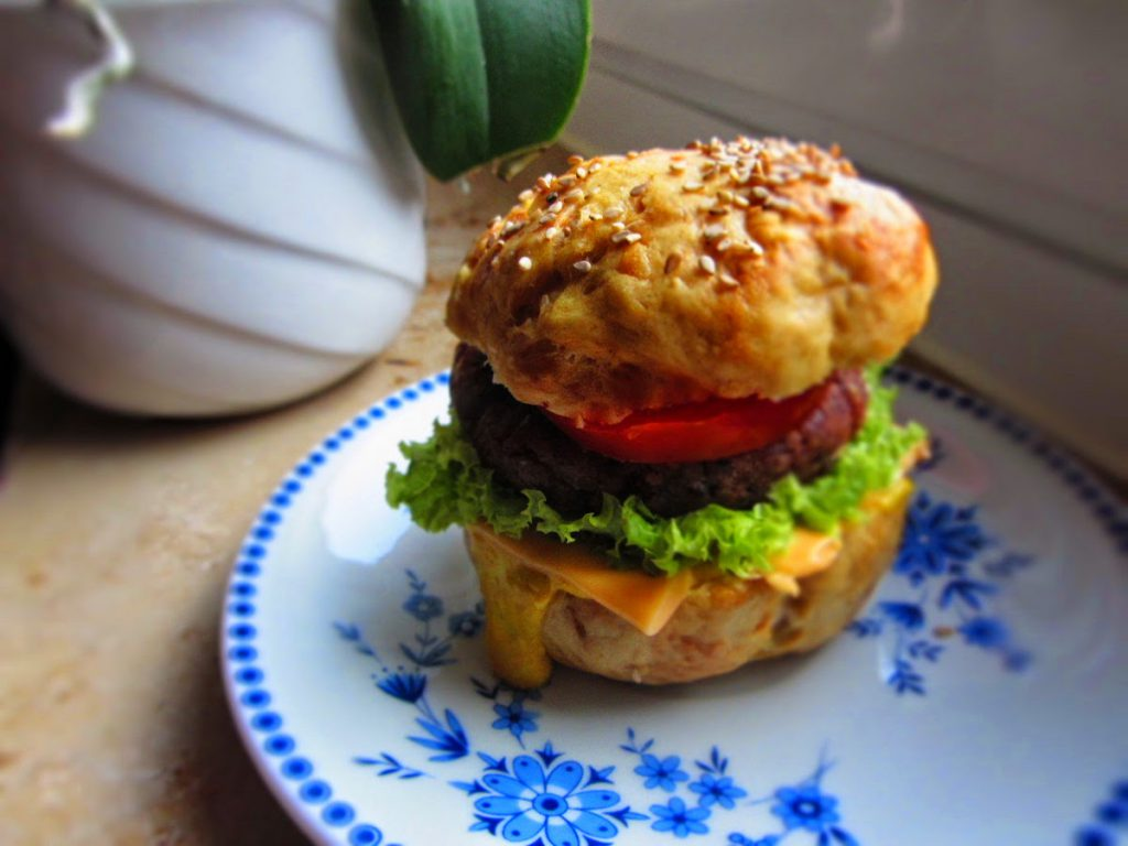Helle Laugenburger mit Kidneybohnenbratlingen
