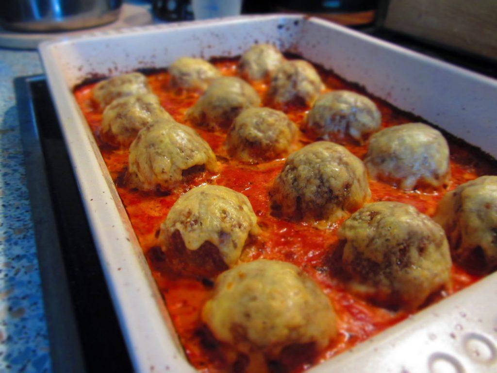 Würzige Ofenhackbällchen in Tomatensoße