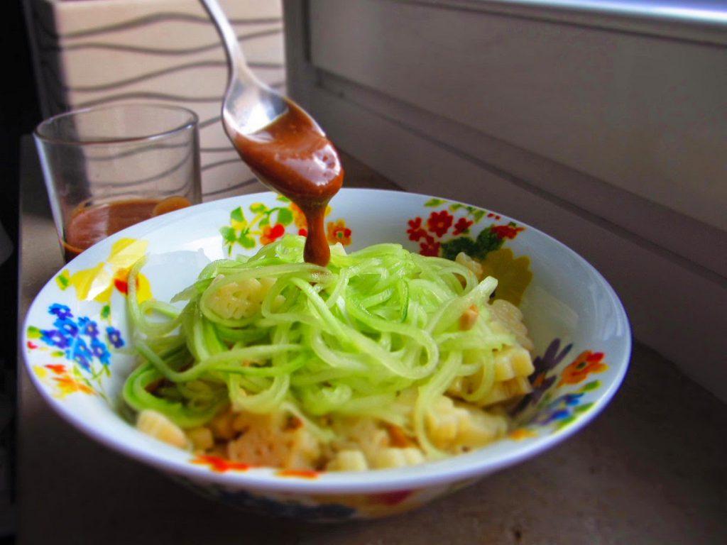 Nudelsalat mit Gurke und Cashew-Dressing