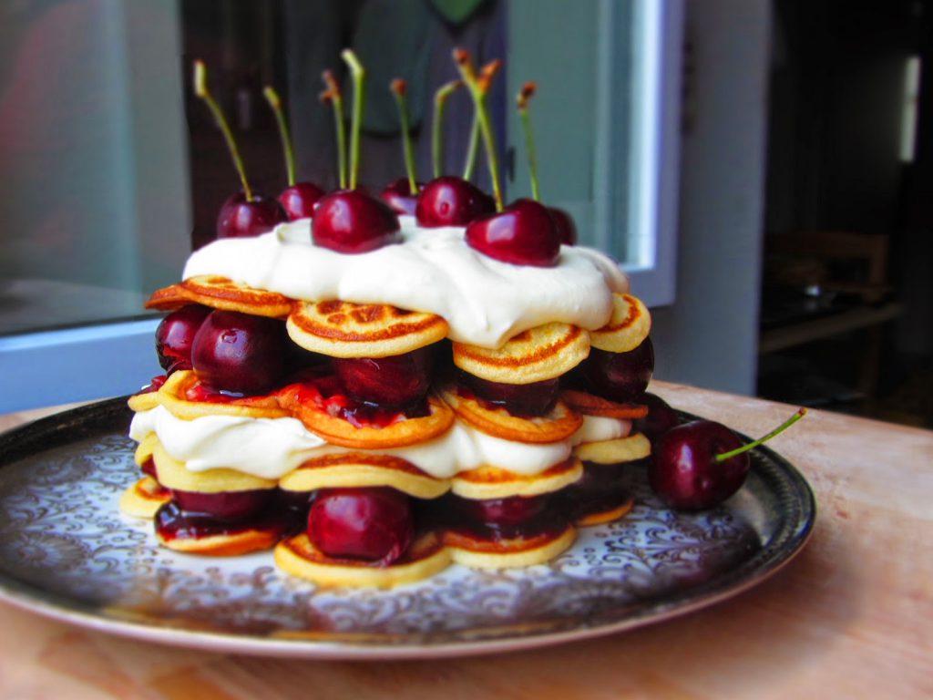 Kirsch-Waffel-Torte mit weißer Mousse