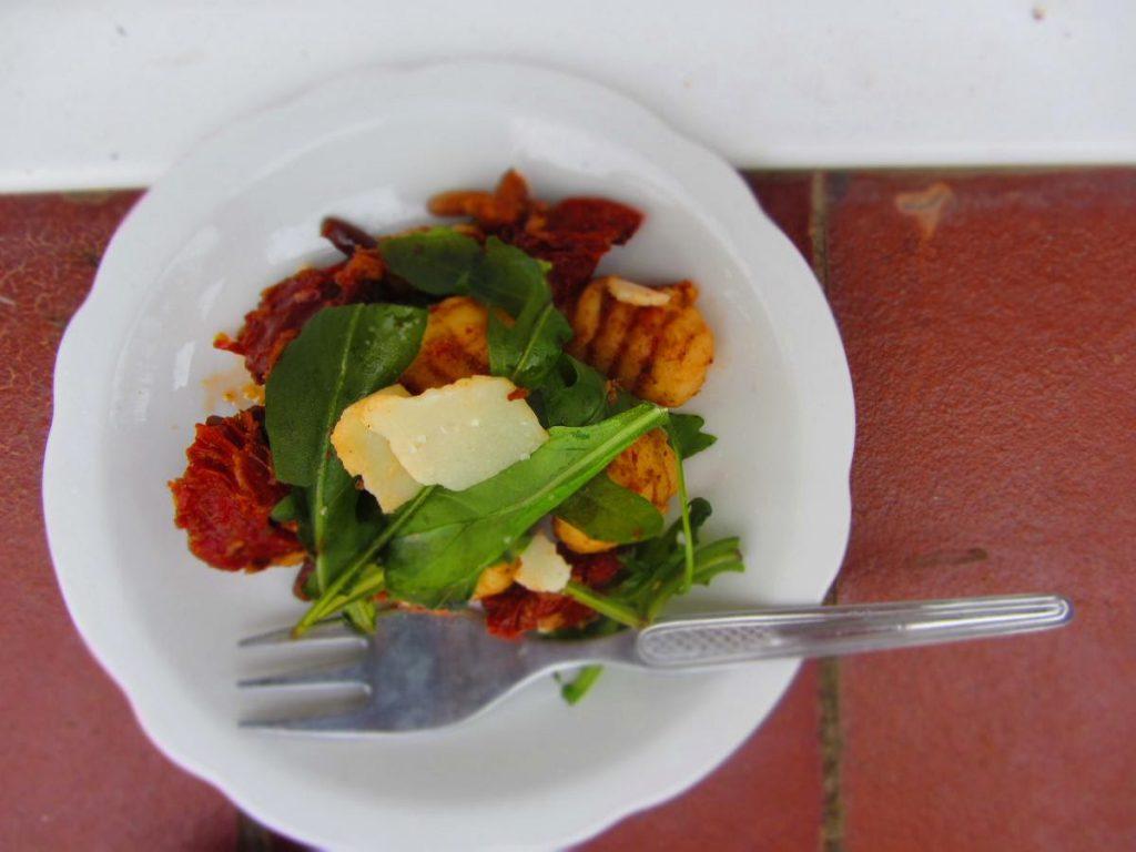 Gnocchisalat mit getrockneten Tomaten und Rucola