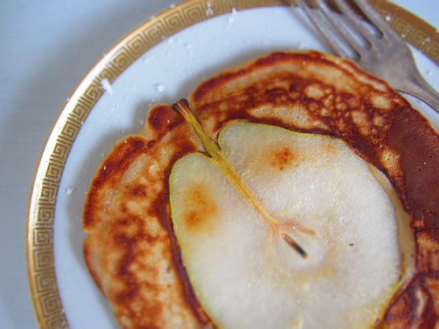 Cashew-Pfannkuchen mit Birnen