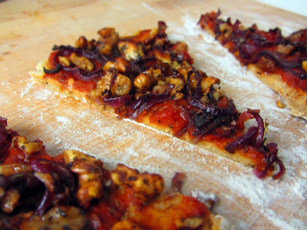 Pizza mit karamellisierten Zwiebeln und Walnüssen