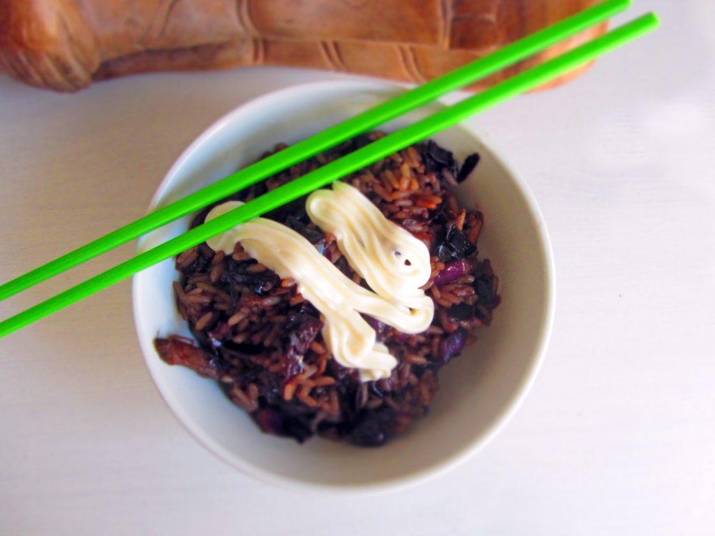 Asiatische Rotkohlpfanne mit Mayonnaise