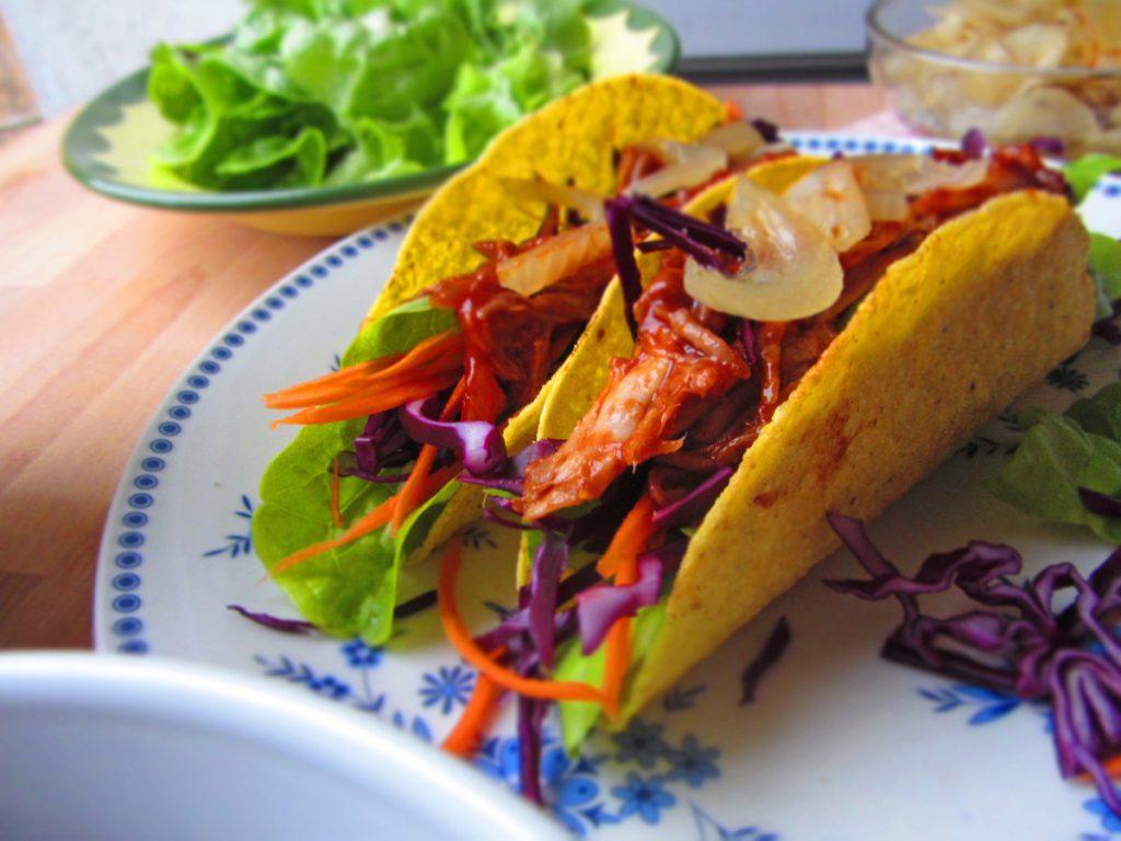 BBQ Tacos mit Schweinefleisch und frischem Gemüse