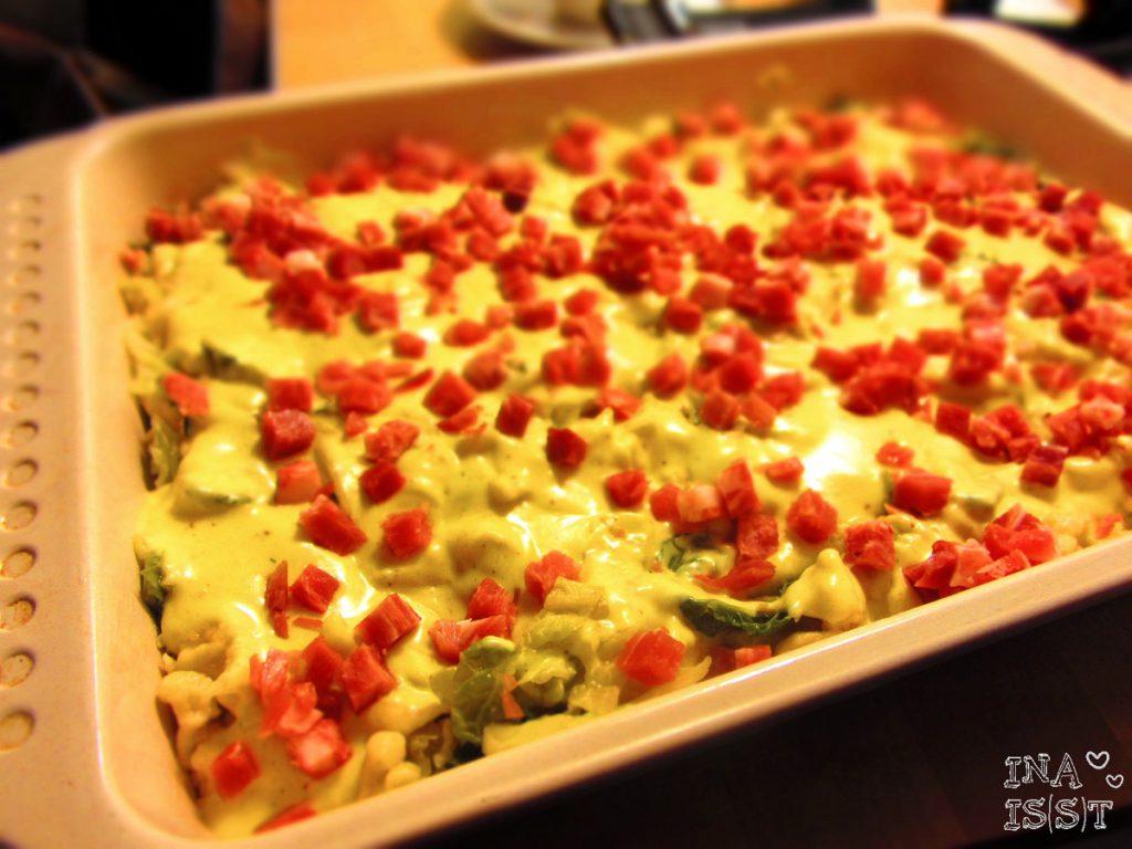 Wirsing-Spätzleauflauf mit Speck und Currysoße