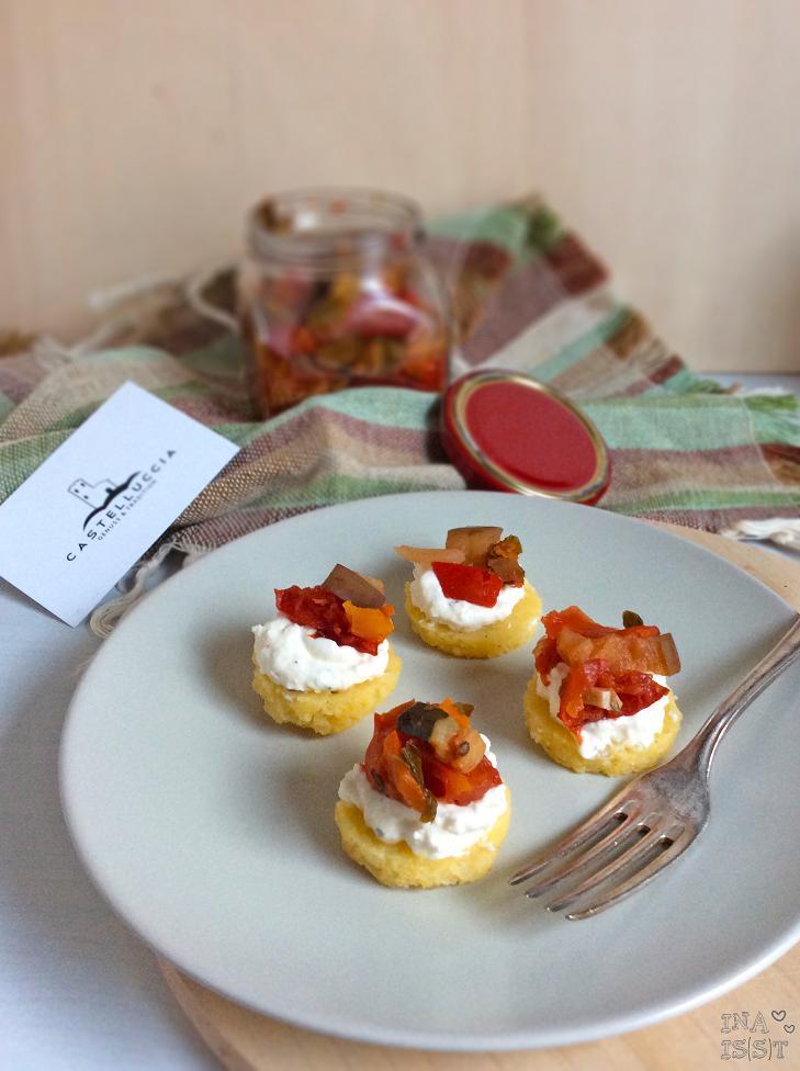 Castelluccia - Polentataler mit Fetacreme und pomodori con verdure miste