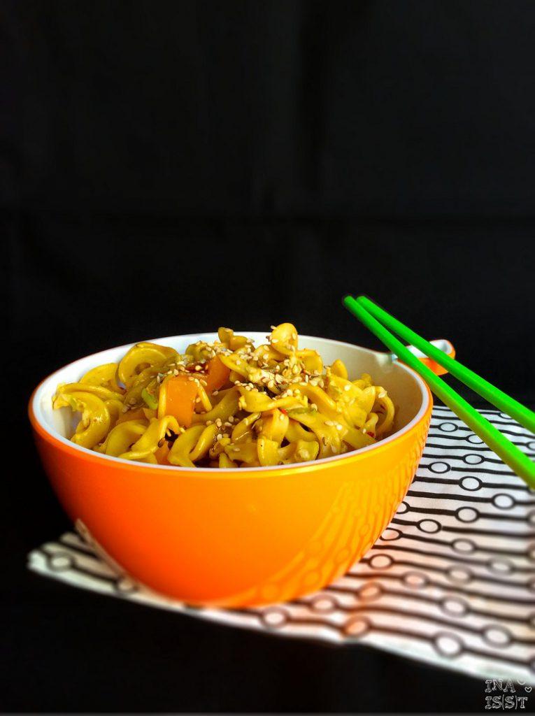 Asiatischer Nudelsalat mit Sesam und Sojadressing