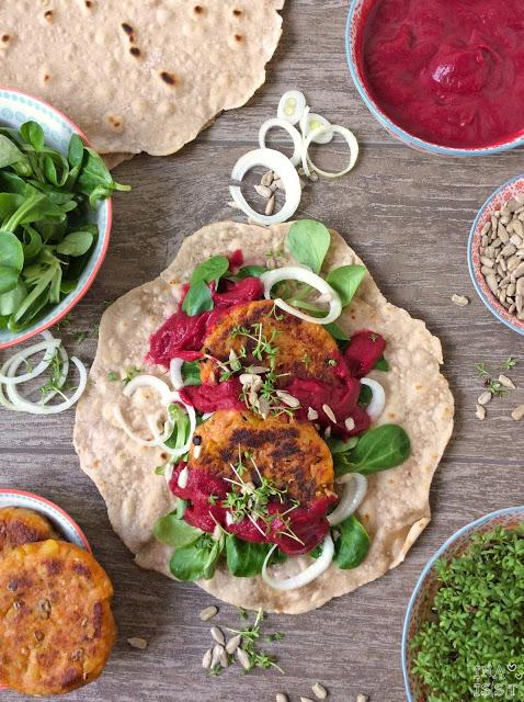 Vegane Buchweizenwraps mit Kartoffelbratlingen und Rote Bete-Thymian-Soße
