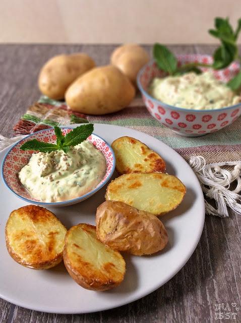Ofenkartoffel mit Curry-Minzquark und Sesam