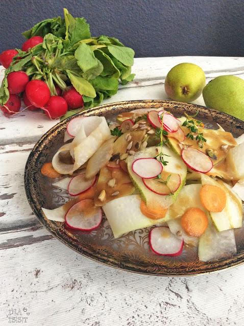 Kohlrabisalat mit Birne und Erdnussdressing