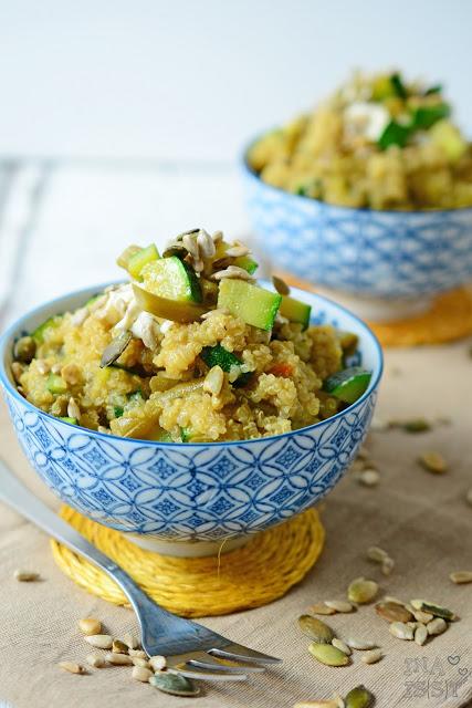 Grüner Curry-Quinoasalat mit Zucchini und Bohnen