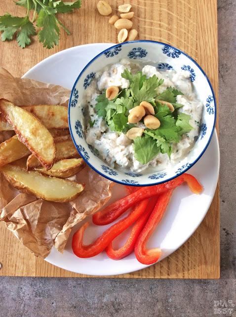 Frischer Koriander-Erdnuss-Quark mit Kartoffelecken