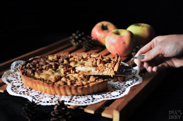 Apfelkuchen mit Vollkornstreusel und Pekannüssen, Apple crumble pie with pecan nuts