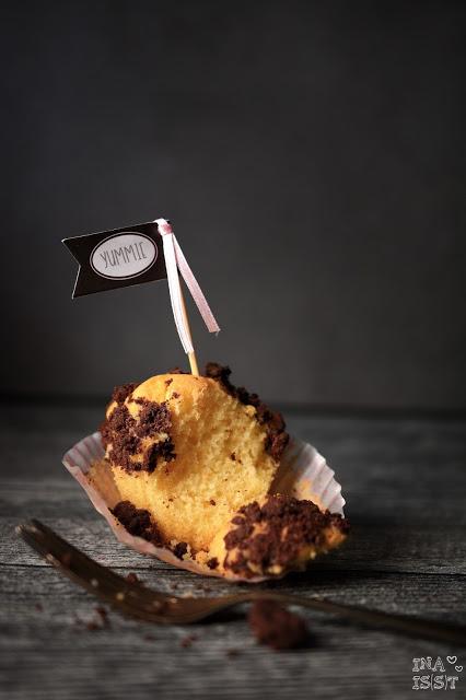Eierlikörmuffins mit Schoko-Vollkornstreusel, Eggnog muffins with chocolate crumble