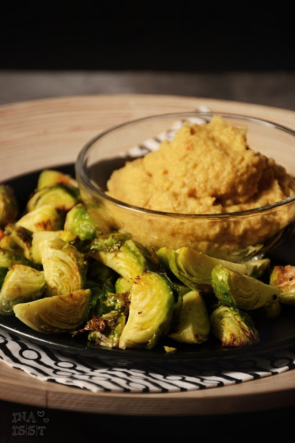 Im Ofen gerösteter Rosenkohl mit Avocado-Hummus, Oven roasted brussels sprouts with avocado hummus