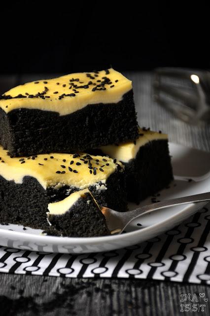 Schwarzer Sesamkuchen mit Käsekuchendecke, Black sesame cake with cream cheese topping