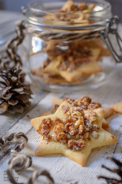Feine Plätzchen mit gebrannten Mandeln und Aprikosen / Christmas cookies with roasted almonds and apricots