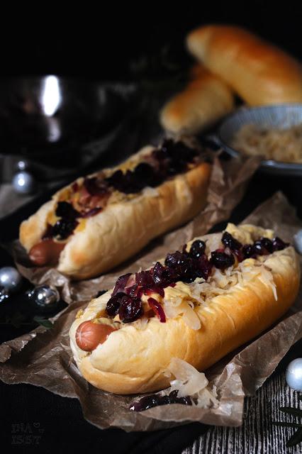Weihnachts-Hot Dogs mit Sauerkraut und Cranberry-Chutney, Christmas Hot Dogs with sauerkraut and cranberry chutney