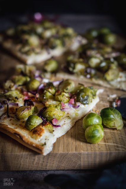 Rosenkohlpizza mit Parmesan und Schinken, Brussels sprouts pizza with parmesan cheese and ham