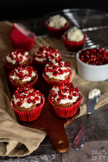 Würzige Schoko-Muffins mit Granatapfel-Topping, Allspice muffins with pomegranate topping