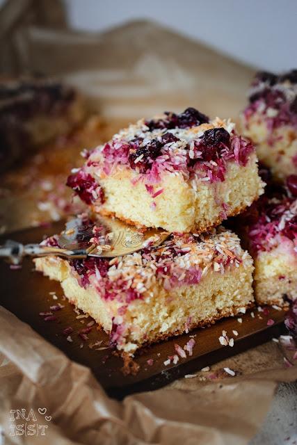 Kokos-Kirschkuchen vom Blech / Coconut Cherry Sheet Cake