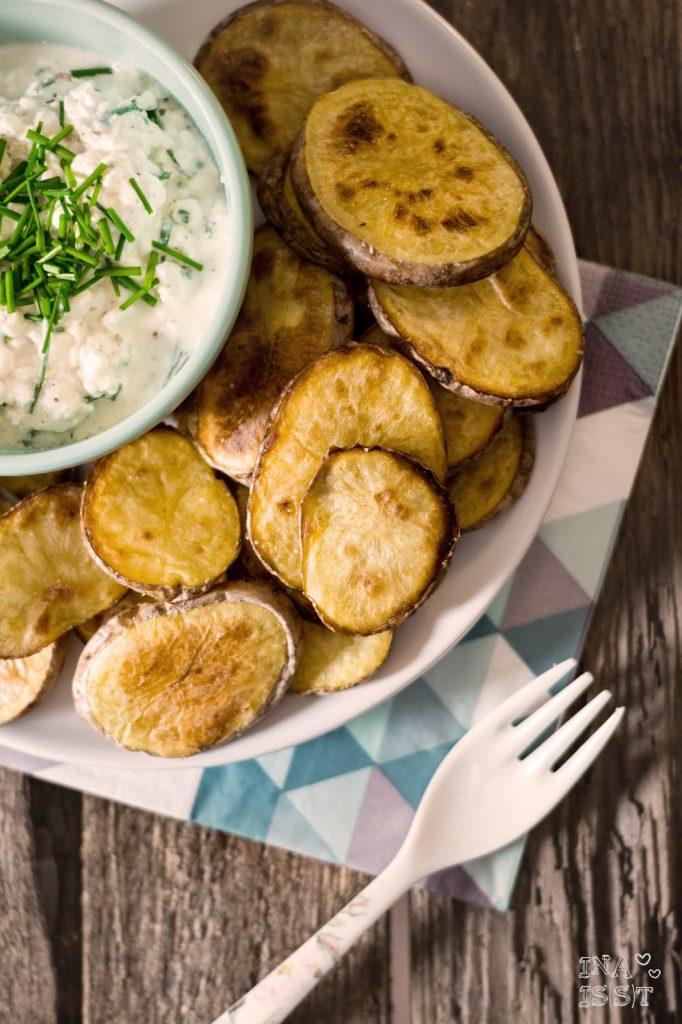 Knusprige Kartoffelscheiben mit Schnittlauch-Dip, Crispy potato slices with chive dip