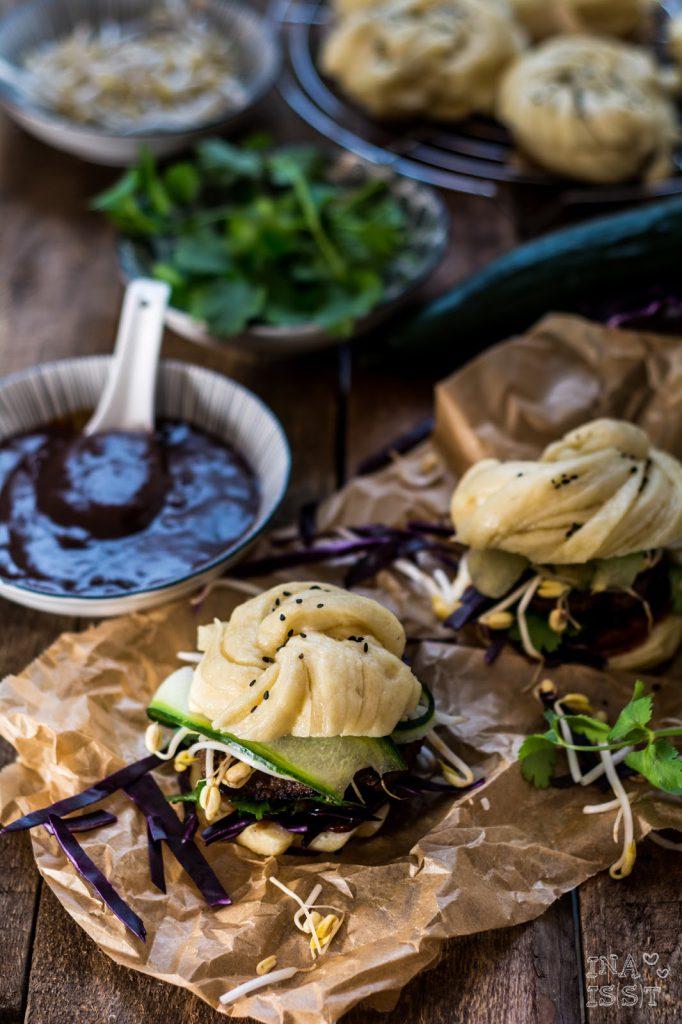 Chinesischer Mántóu-Burger mit Sprossen und süß saurer Soße