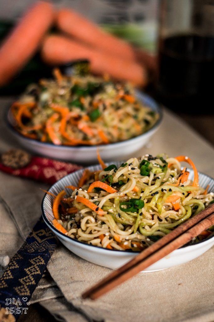 Asiatischer Sesam-Nudelsalat mit Gurke und Möhre, Asian sesame noodle salad with cucumber and carrots