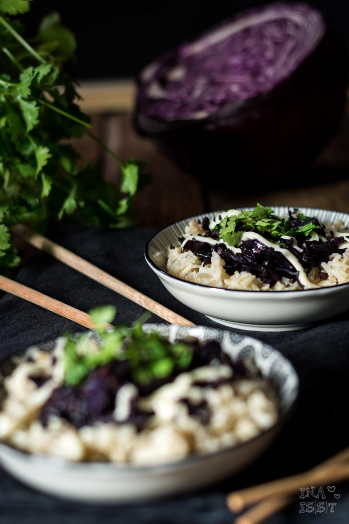 Asiatische Rotkohlpfanne mit Koriander, Asian red cabbage with cilantro