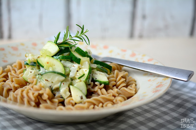 Vollkorn-Pasta mit Zucchini-Frischkäse-Soße