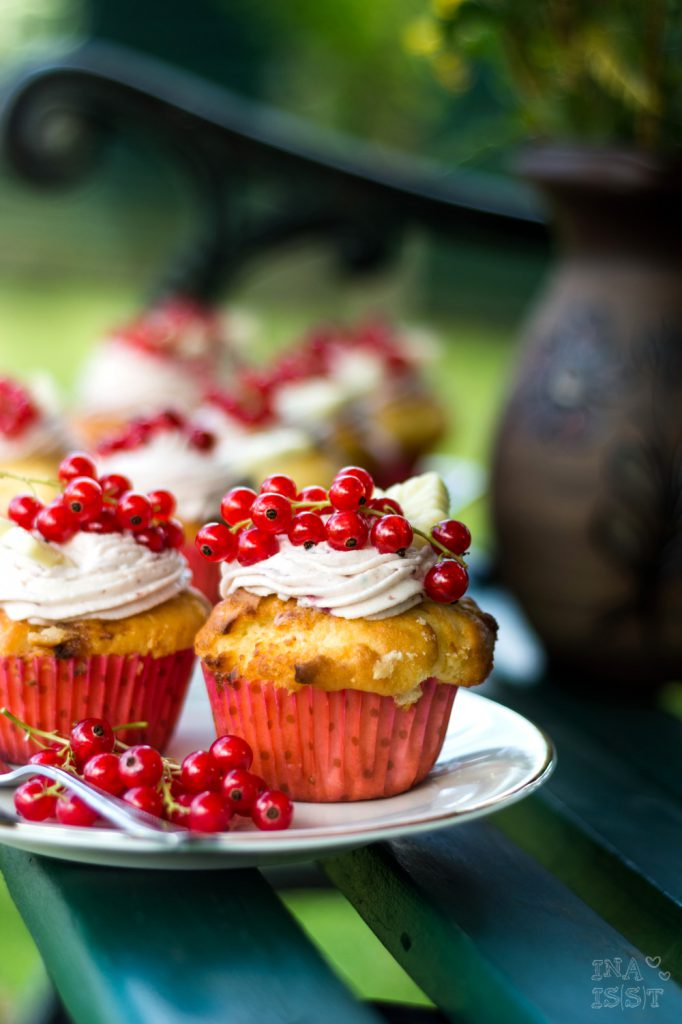 Weiße Schokoladen-Cupcakes mit Johannisbeer-Topping