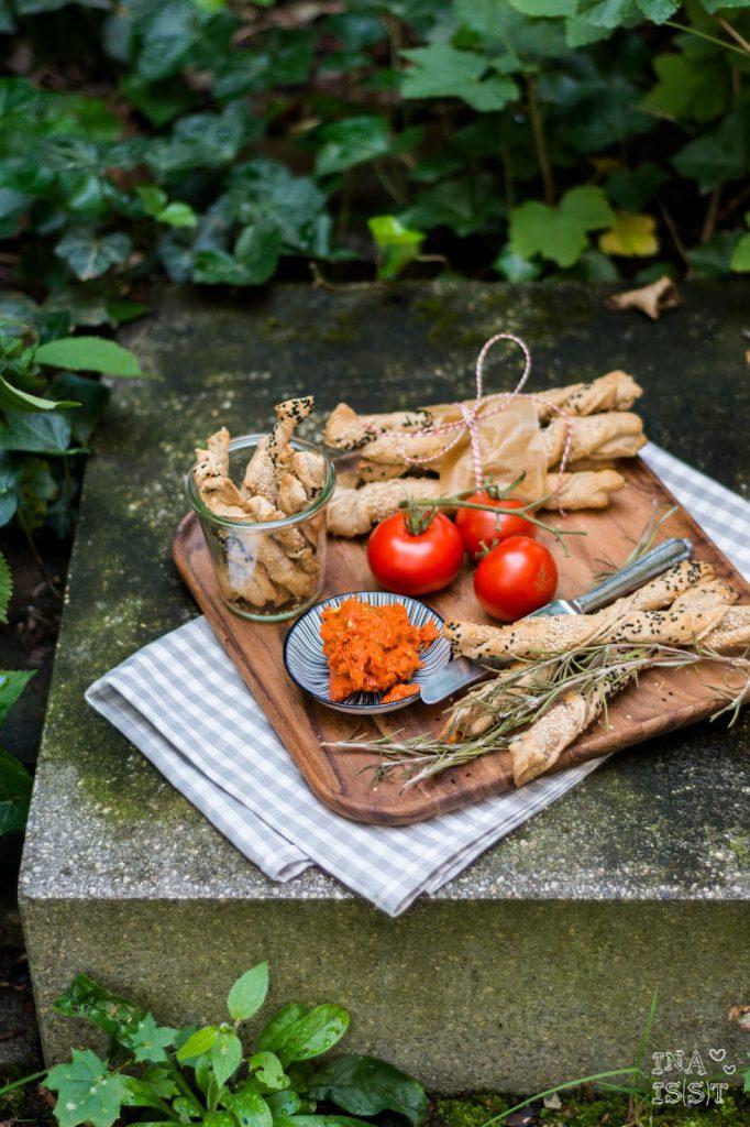 Zeit für ein Picknick - Knusperstangen mit Tomatenbutter