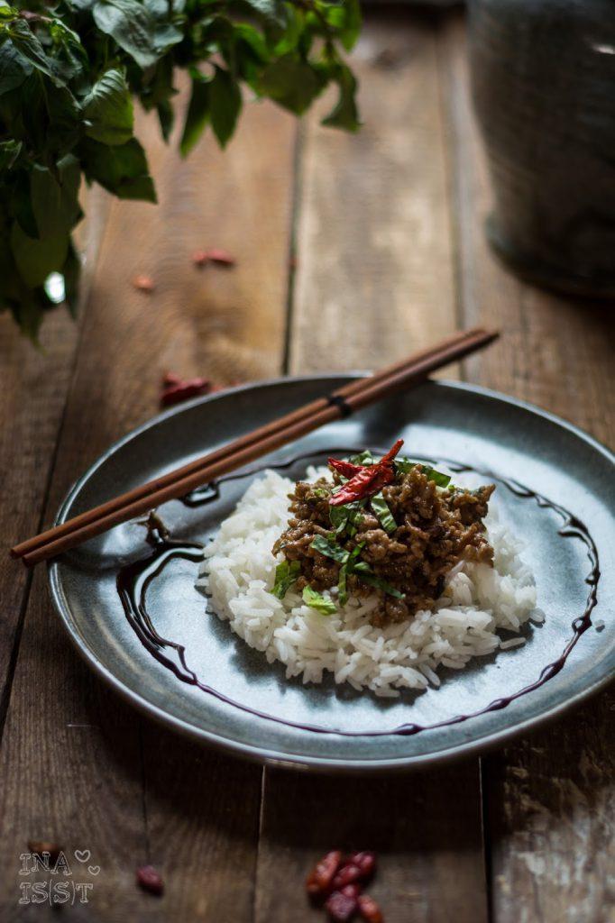 Asiatische Hackfleischpfanne mit Thai-Basilikum und Chili