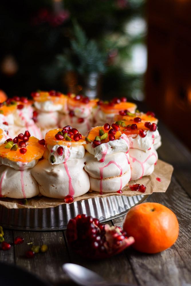 Festlicher Baiserkranz mit Crème Double, Granatapfel und Mandarinen