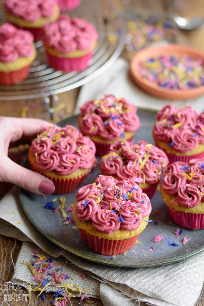 Pfefferminz-Cupcakes mit Brombeer-Topping