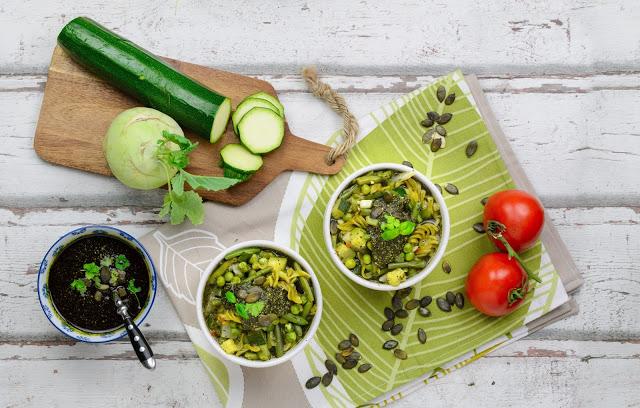 Grüne Minestrone mit Erbsen Spirelli und Kürbiskernpesto, Clean Eating
