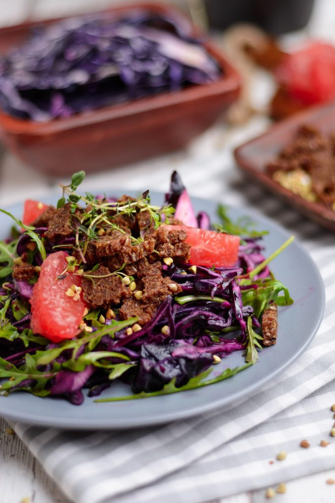 Lauwarmer Rotkohlsalat mit Grapefruit und Pumpernickel-Buchweizen-Topping, Clean Eating