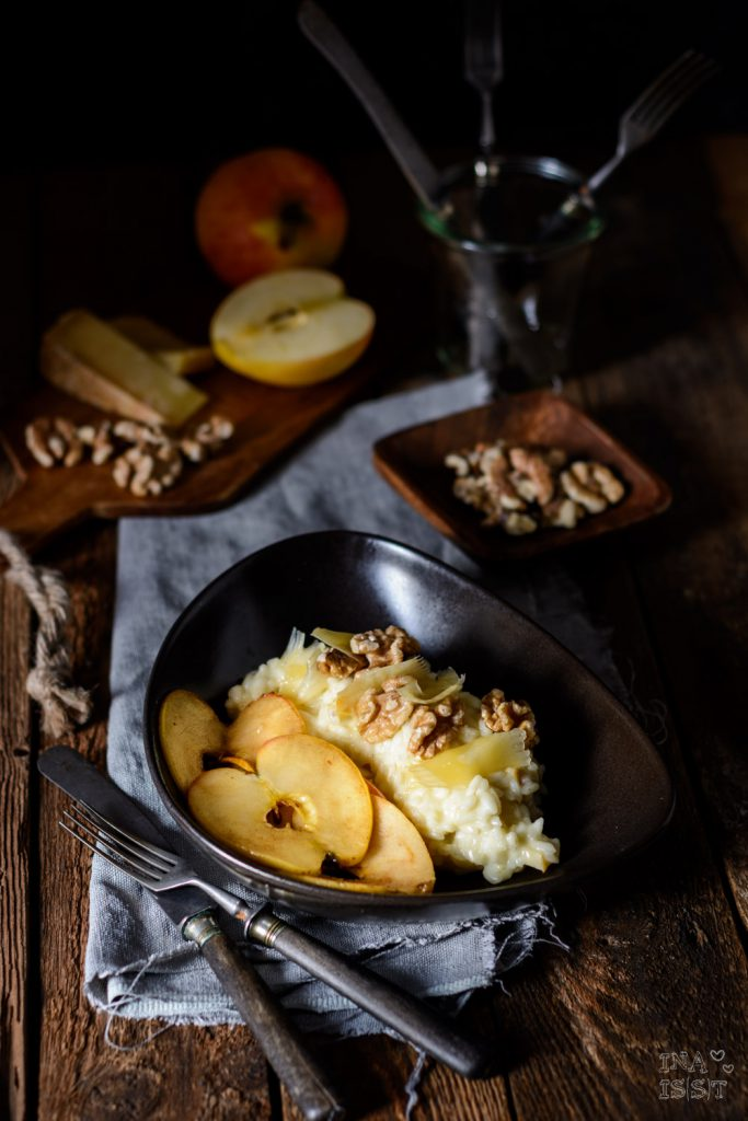 Bergkäse-Risotto mit gebratenen Äpfeln und Walnüssen