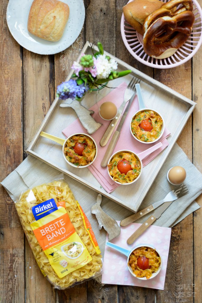 Nudelnester mit Bergkäse und Tomate