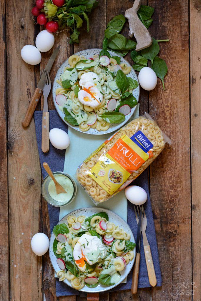 Nudelsalat mit jungem Spinat und pochiertem Ei