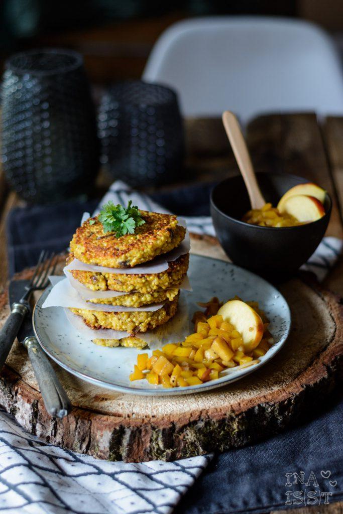 Hirse-Käse-Taler mit süß-saurem Paprika-Apfel Gemüse