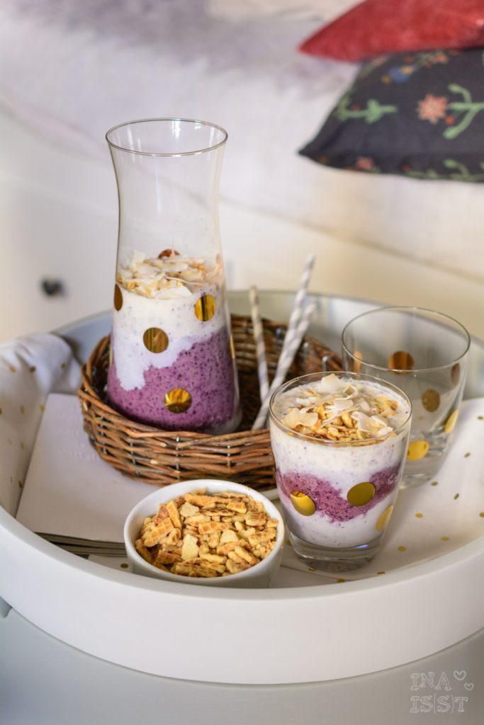 Heidelbeer-Waffel-Smoothie mit Kokoschips