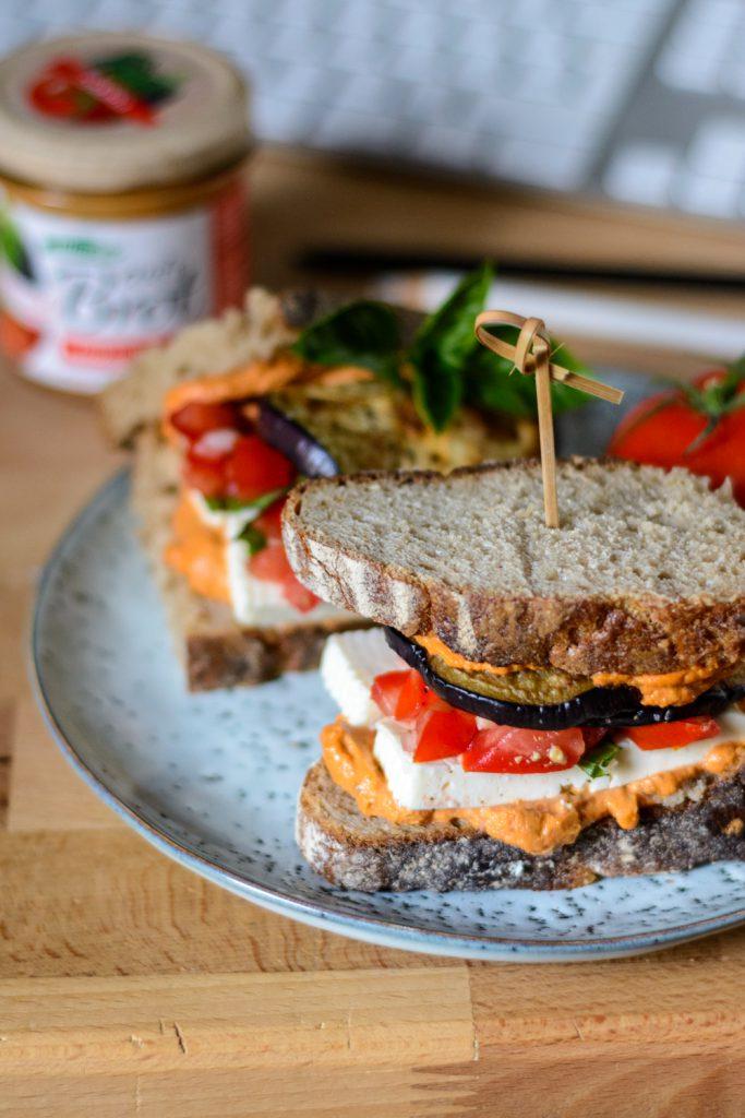 Bruschetta Sandwich mit gegrillter Aubergine und Fetakäse