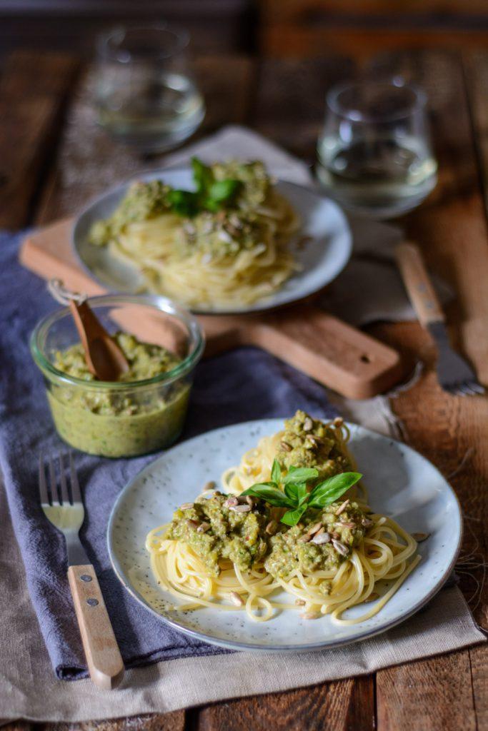 Spaghetti mit grünem Paprika-Sonnenblumen-Pesto